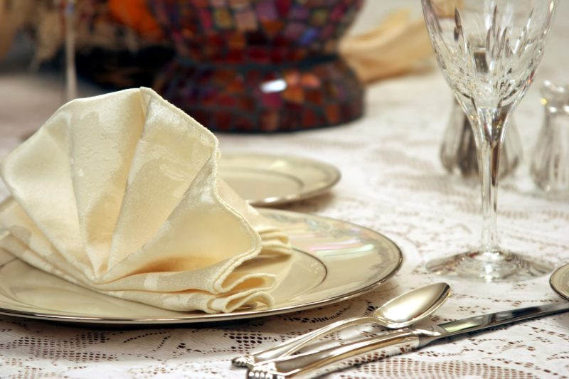 5 Elegant Napkin-folding Ideas for Party Table Decor